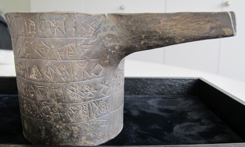 Foto und Abzeichnung der Inschrift PHOE A